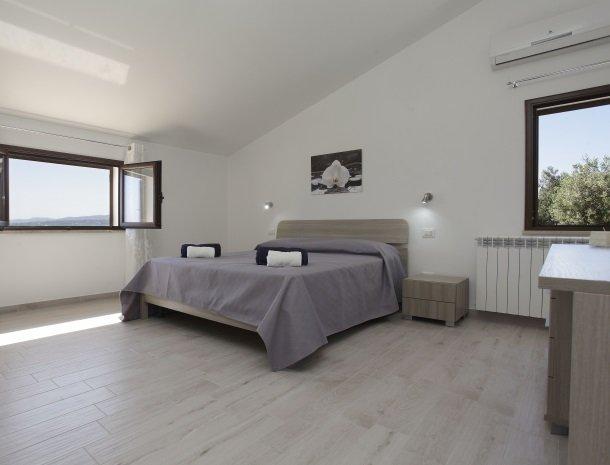 villadellamerla-sicilie-slaapkamer-boven.jpg
