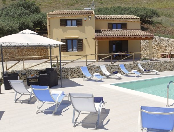 villadellamerla-sicilie-terras-zwembad.jpg