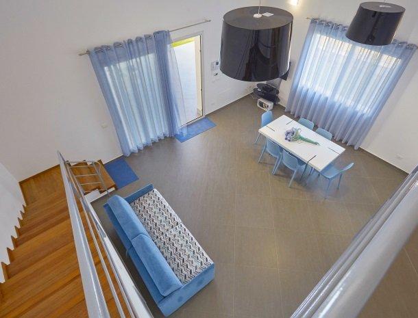 villa-poiana-castellammare-woonkamer-vanaf-boven.jpg