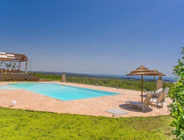 agriturismo-cavagrande-avola-zwembad-uitzicht-zee.jpg