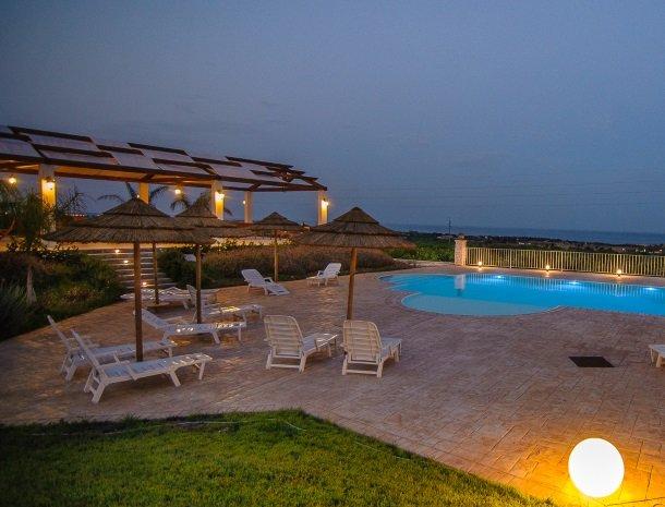 agriturismo-cavagrande-avola-zwembad-verlichting.jpg
