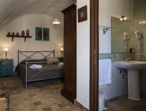 agriturismo-baglio-san-nicola-slaapenbadkamer.jpg