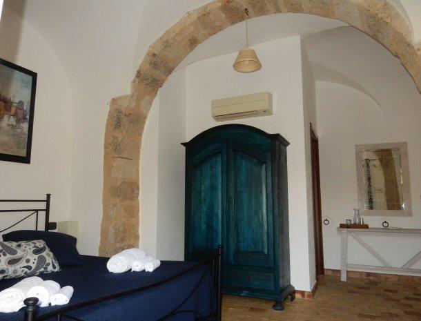 agriturismo-baglio-san-nicola-slaapkamer-blauw.jpg