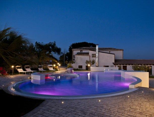 agriturismo-baglio-san-nicola-avond-zwembad.jpg
