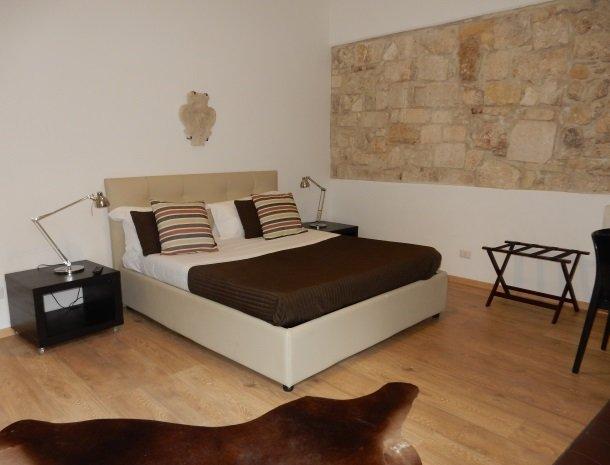 b&b i santi coronati siracusa ruime slaapkamer.jpg