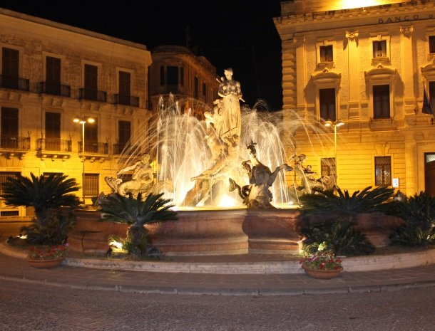 siracusa piazza archimede avond.jpg