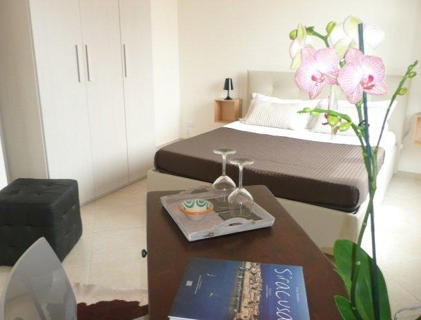 b&b i santi coronati siracusa slaapkamer bed.jpg