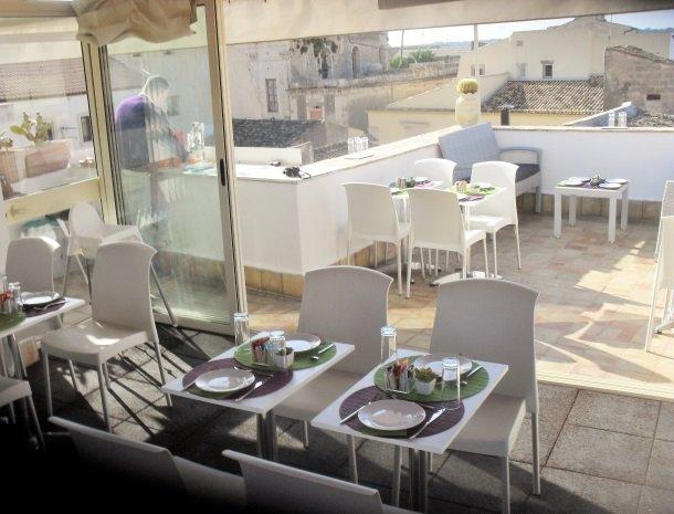 arethusa vacanze siracusa ontbijt op dakterras.jpg