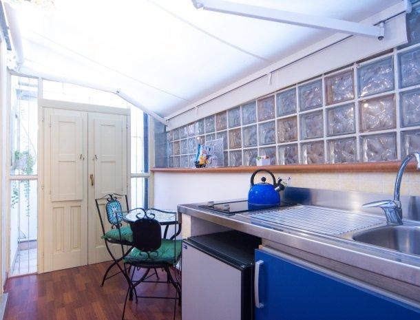 arethusa vacanze siracusa kamer type a keuken.jpg