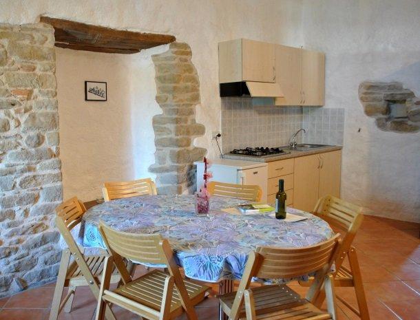 agriturismo alla vecchia quercia-pergola-appartement-tafel-keuken.jpg