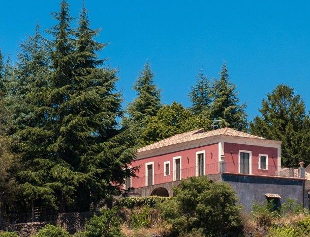 casale poggio del tiglio sicilie huis bomen.jpg