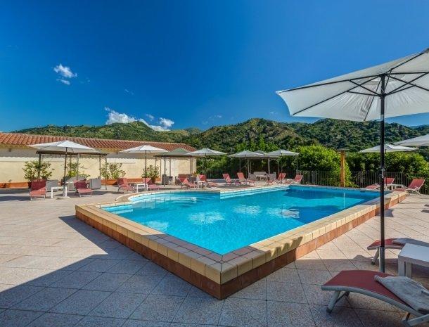 il borgo castiglione di sicilia het zwembad.jpg