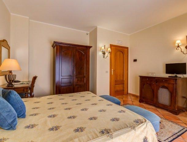 il borgo castiglione di sicilia slaapkamer tv.jpg
