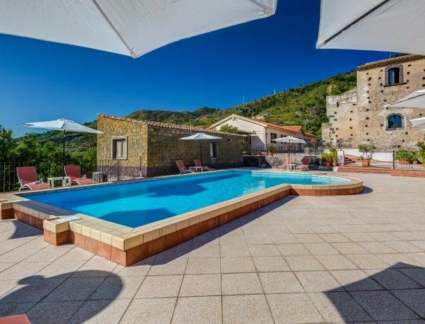 il borgo castiglione di sicilia zwembad parasols.jpg