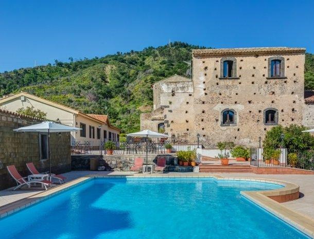 il borgo castiglione di sicilia met zwembad.jpg