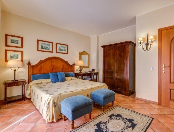 il borgo castiglione di sicilia bed slaapkamer.jpg