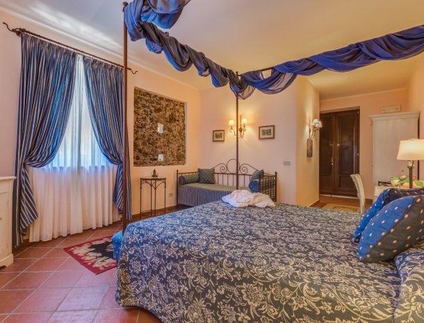il borgo castiglione di sicilia grote slaapkamer.jpg
