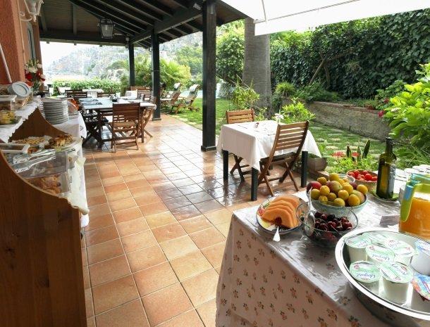 villa di giorgi cefalu terras ontbijt.jpg