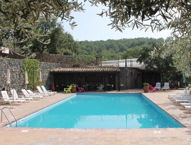 le cisterne-adrano-etna-zwembad-olijfbomen.jpg