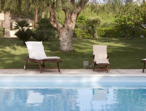 villa seta agrigento tuin stoelen.jpg