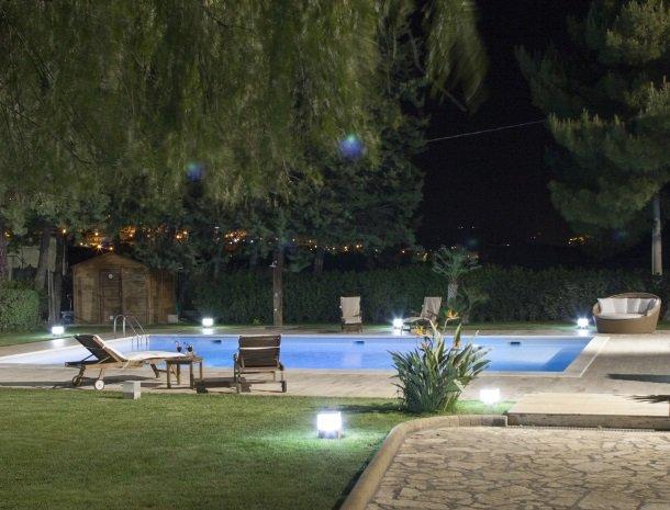 villa seta agrigento tuin avond zwembad.jpg