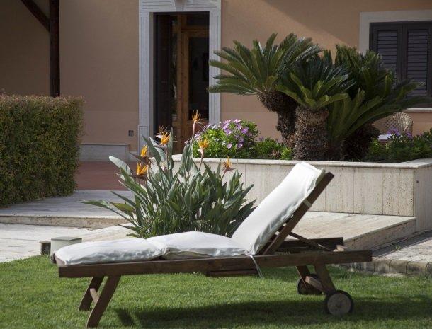 villa seta agrigento tuin ligstoel.jpg