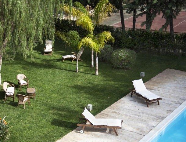 villa seta agrigento overzicht tuin tennisbaan.jpg