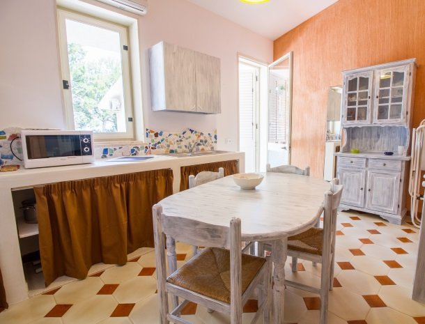 casale la macina-scopello-keuken-in-bungalow.jpg
