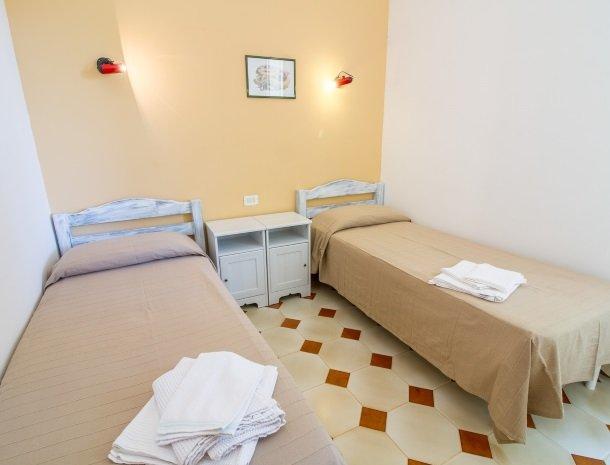 casale la macina-scopello-bungalow-slaapkamer-2bedden.jpg