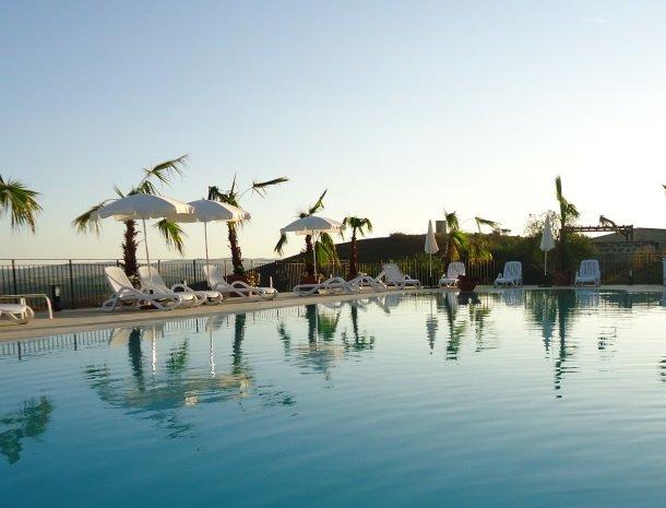 agriturismo-sirignano-sicilie-zwembad-avond.jpg