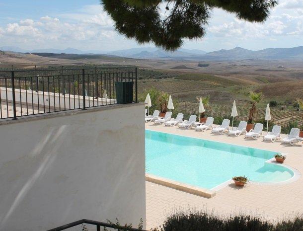 agriturismo-sirignano-sicilie-zwembad-omgeving.jpg