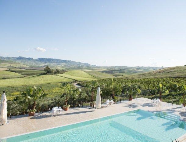 agriturismo-sirignano-sicilie-zwembad-uitzicht.jpg