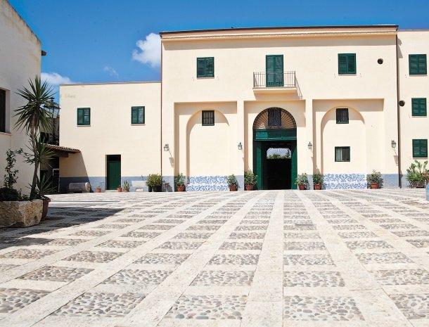 agriturismo-sirignano-sicilie-binnenplaats.jpg
