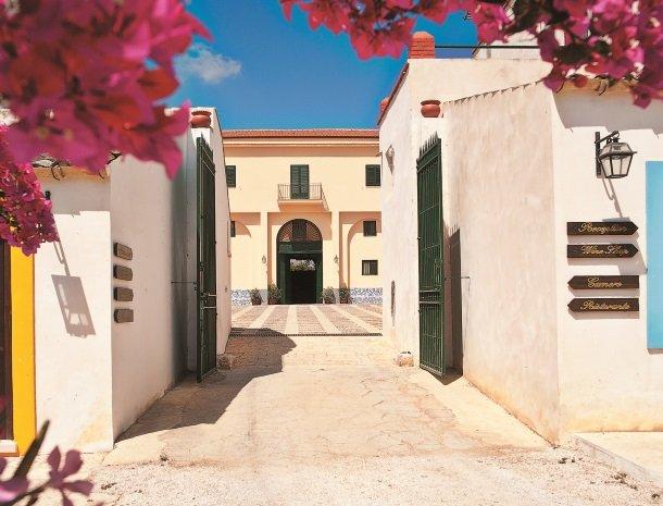 agriturismo-sirignano-sicilie-ingang-binnenplaats.jpg
