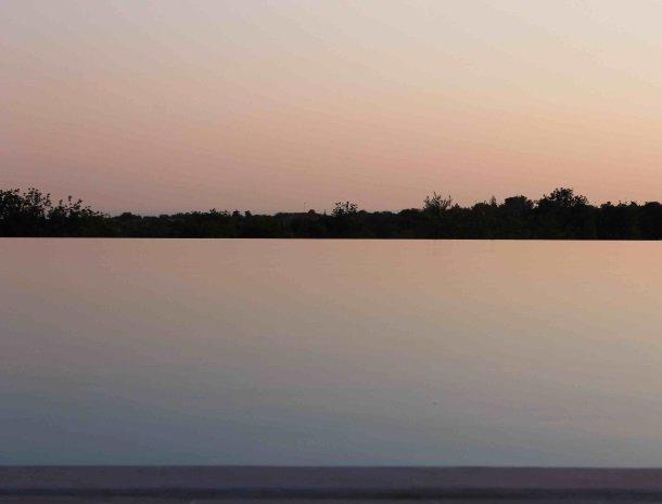 le-chiuse-di-guadagna-zwembad-avond.jpg