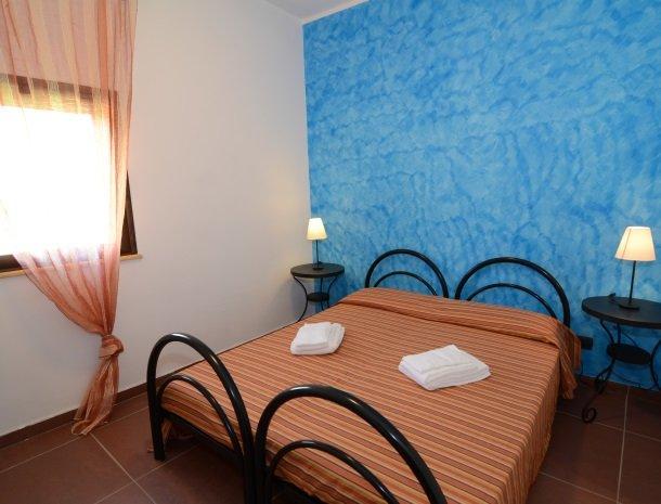 residence-la-luna-nel-pozzo-sciacca-appartementen-slaapkamer-blauw.jpg