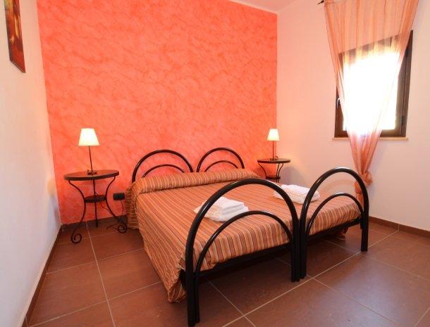 residence-la-luna-nel-pozzo-sciacca-appartementen-slaapkamer-rood.jpg