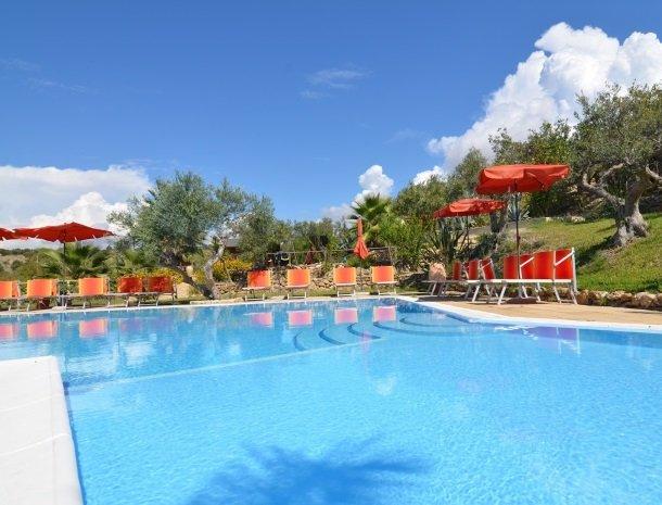 residence-la-luna-nel-pozzo-sciacca-zwembad-ligstoelen.jpg
