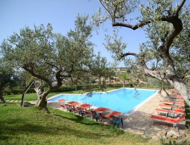 residence-la-luna-nel-pozzo-sciacca-zwembad-olijfboom.jpg