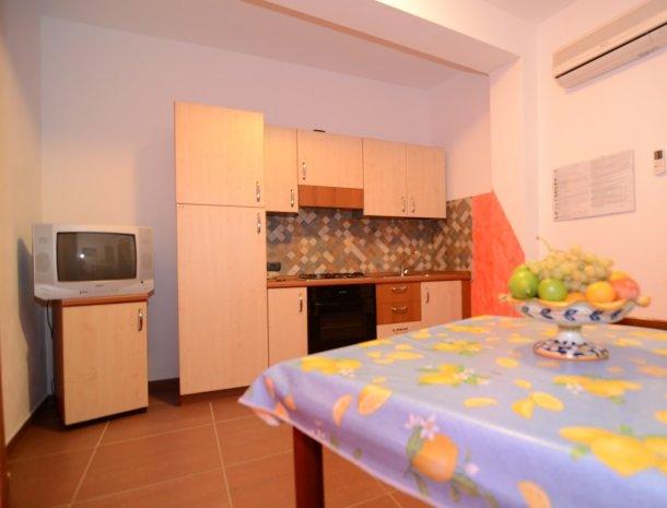 residence-la-luna-nel-pozzo-sciacca-appartementen-eettafel-keuken.jpg