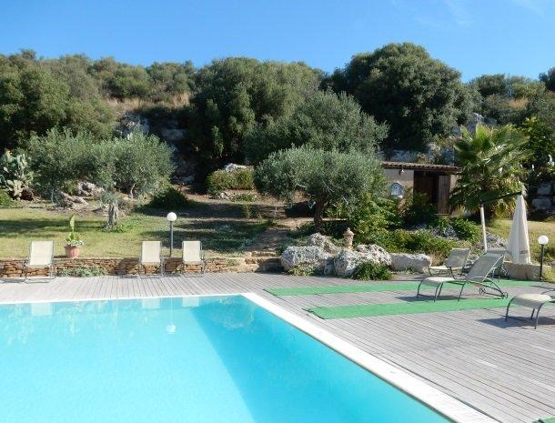 casa mirabile menfi zwembad en bomen.jpg