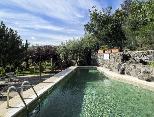 agriturismo-fontana-cherubino-zwembad-lavasteen.jpg