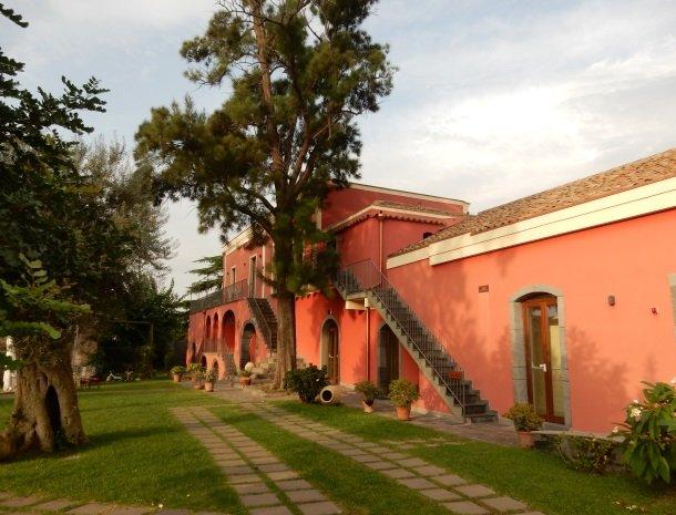 palazzo-rosso-riposto-huis-rood.jpg