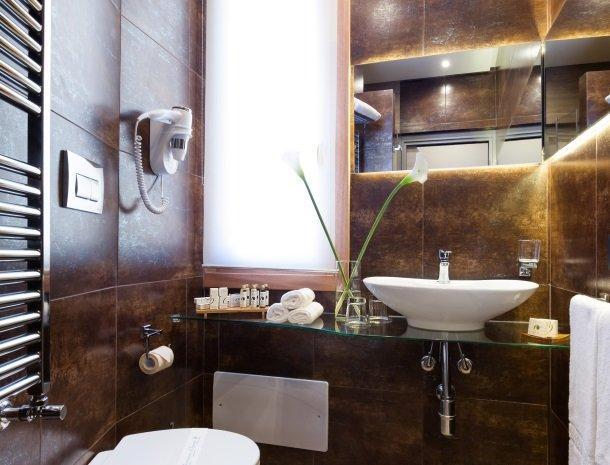 hotel-trapani-in-badkamer-spiegel.jpg