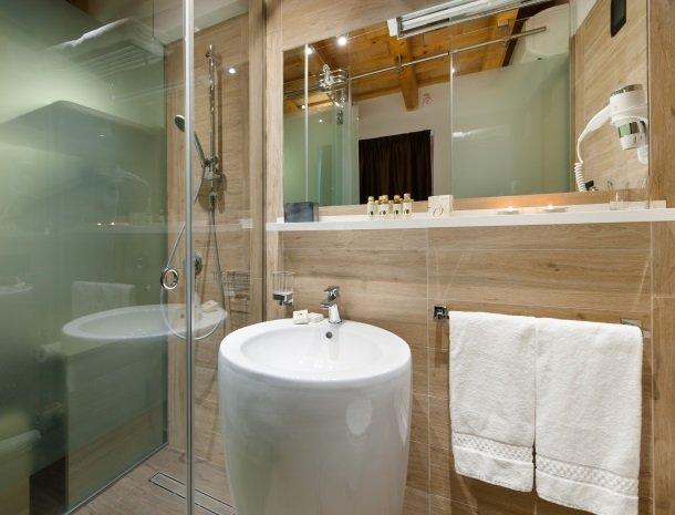 hotel-trapani-in-badkamer-wastafel.jpg