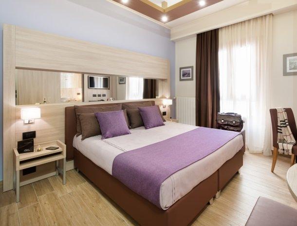 hotel-trapani-in-slaapkamer-bed-paars.jpg