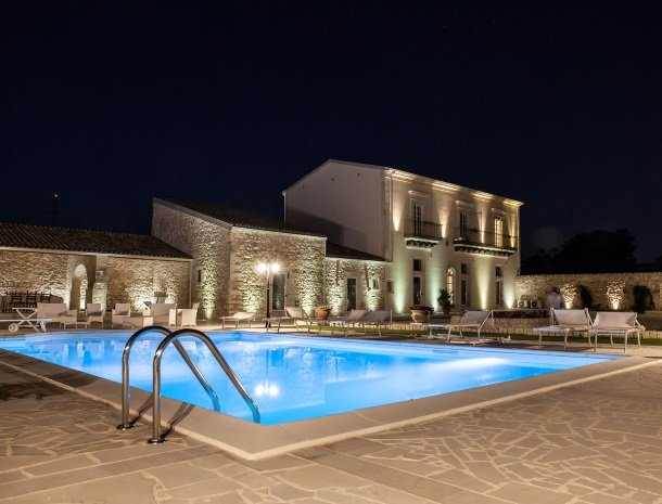 casale1821-ragusa-zwembad-avond.jpg