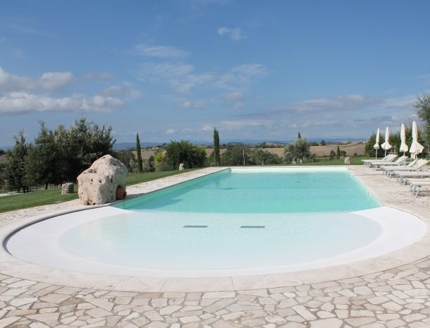 agriturismo-san-lorenzo-rapolano-zwembad-overzicht.jpg