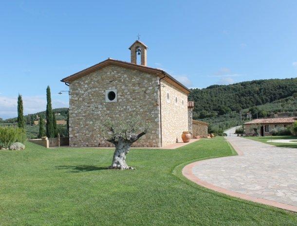 agriturismo-san-lorenzo-rapolano-kerk-achterkant.jpg