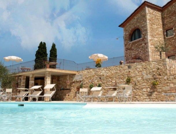 agriturismo-san-lorenzo-zwembad-teras.jpg